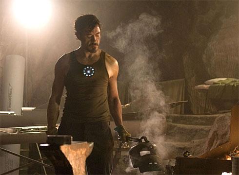 Tony Stark modelando la primera armadura de Iron Man!